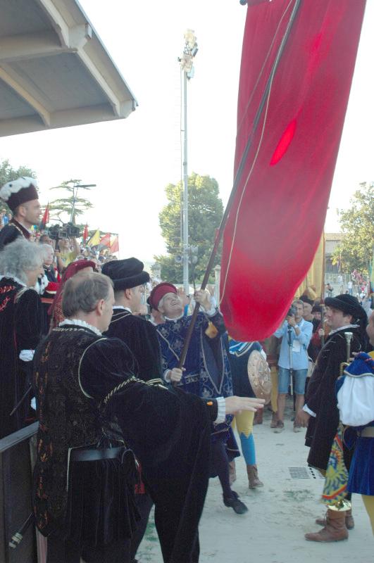 consegna del palio da parte del sindaco di Ascoli Piceno