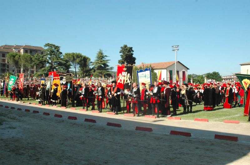 figuranti adunati nel campo squarcia prima della manifestazione cavalleresca
