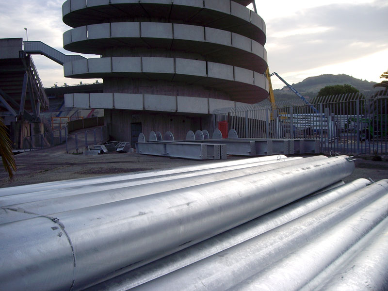 Già pronte in Tribuna Est le strutture da montare