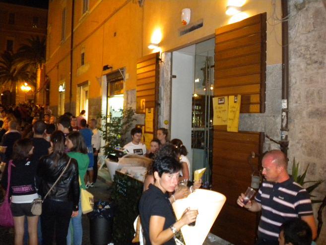 Gente nei bar del centro fino a tarda notte