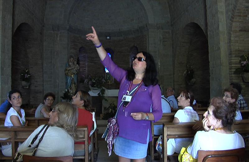 Una guida spiega ai turisti