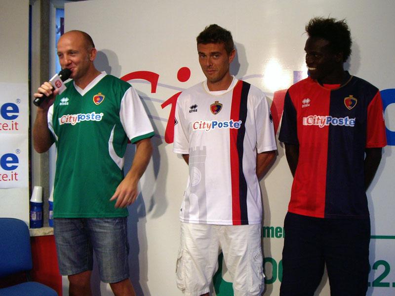 Mister Ottavio Palladini indossa la terza maglia verde, il capitano Marco Ogliari la seconda bianca con striscia rossoblu, mentre al giovane Ameth Tidiane va la classica casacca rossoblu