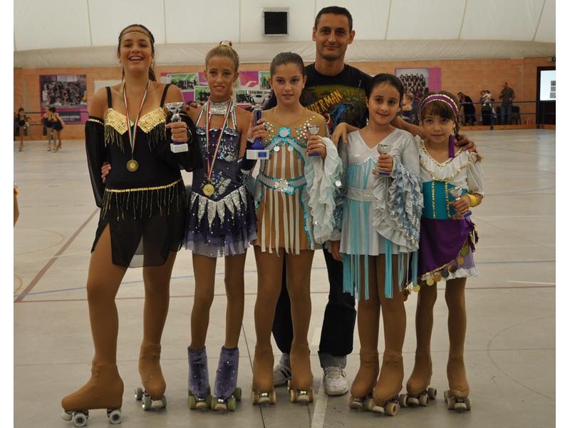 Angelica Giorgini, Dana Capocasa, Maria Grazia Morelli, Aurora Castelletti e Stefania Camaioni e Ivan Bovara (dietro)