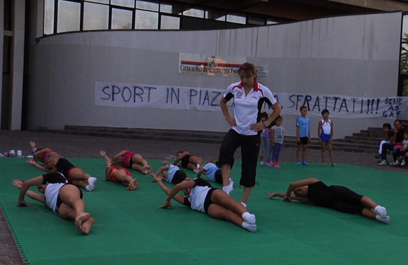 Atleti della World Sporting Academy si allenano fuori al Comune di San Benedetto