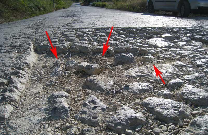 Spuntoni di ferro che fuoriescono dalla strada e che causano la foratura delle ruote