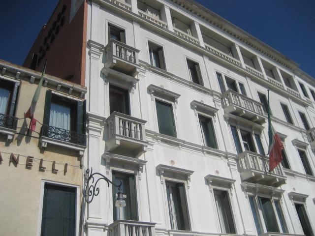 Venezia, 12 settembre, bandiere italiane sulle finestre