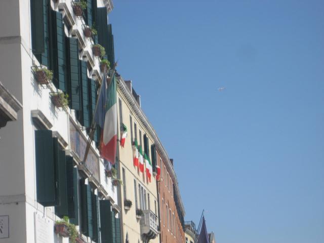 Venezia, 12 settembre, Tricolori esposti alle finestre