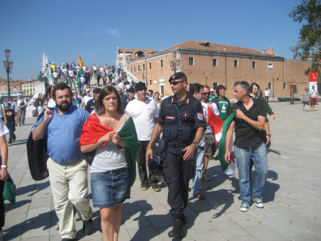 Venezia, 12 settembre, Piero Ricca, sulla destra, e gli altri attivisti scortati dalla polizia mentre si avvicinano al comizio leghista