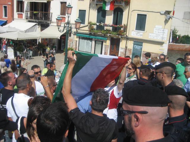 Venezia, 12 settembre: attivisti scortati perché mostrano il Tricolore