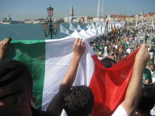 Venezia, 12 settembre: gli attivisti mostrano il Tricolore all'adunata leghista