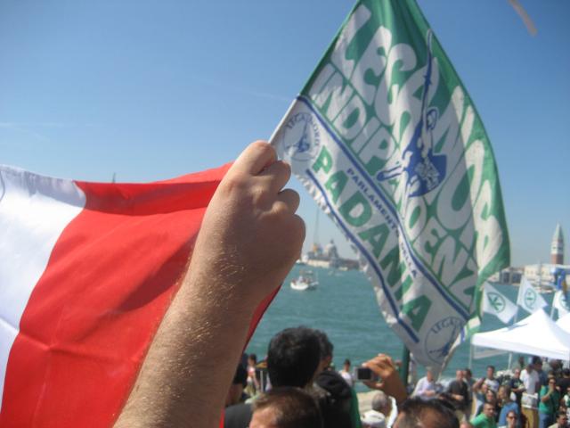 Venezia, 12 settembre: Tricolore faccia a faccia con una bandiera inneggiante all'indipendenza della
