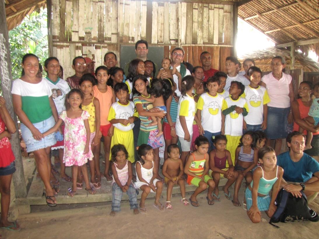 Il sindaco Stefano Stracci e don Francesco Ciabattoni insieme ai bambini dell'Amazzonia