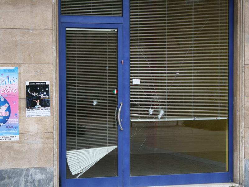 I fori di proiettile nella vetrina dell'ex bar Puerto del a Cruz