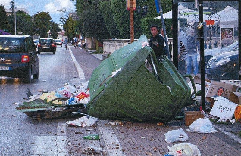 L'incidente sulla Salaria del 19 settembre, il cassonetto colpito dall'impatto dell'automobile pirata