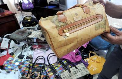 Lotta al commercio abusivo: materiale sequestrato in una foto d'archivio