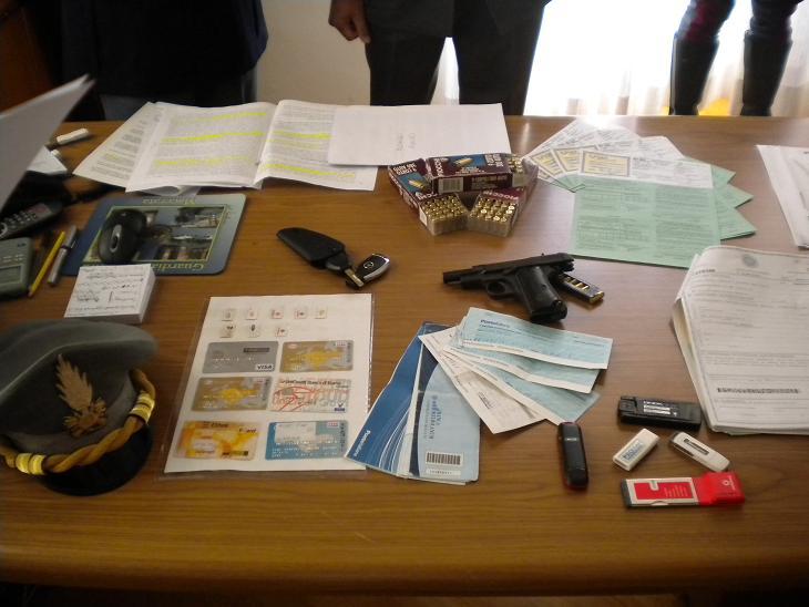 Documenti falsi, dollari e anche una pistola con proiettili nell'appartamento di Mazzarelli
