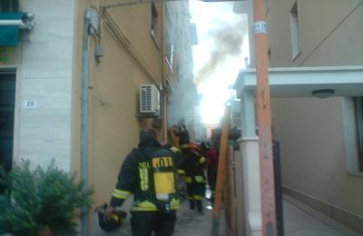 I Vigili del Fuoco mentre stanno cercando di spegnere l'incendio