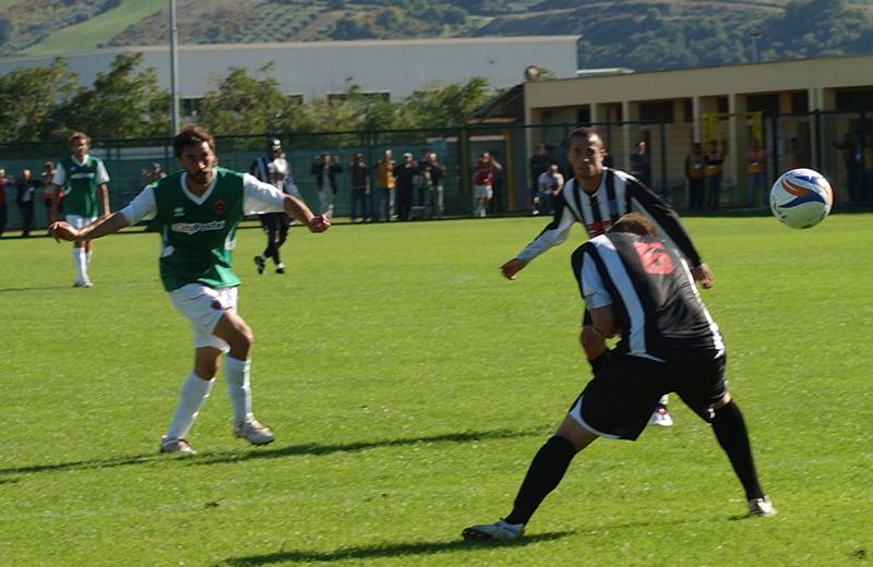 Pazzi scocca la bordata che vale il secondo gol al Venafro