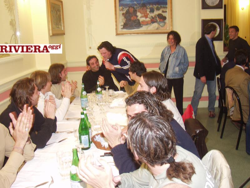 Aprile 2002, ristorante Il Gambero: il tifoso Scintilla con Criniti e, tra gli altri riconoscibili, Soncin, Teodorani, Filippi, Cacciatore, Taccucci