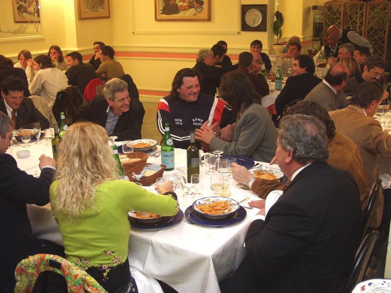 Aprile 2002, ristorante Il Gambero: Elisabetta Tulliani e Luciano Gaucci di spalle