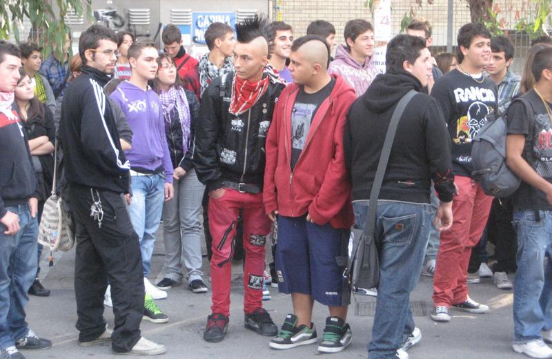 Anche i punk alla manifestazione studentesca a San Benedetto, 8 ottobre 2010