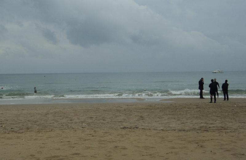 L'uomo vaga in mare