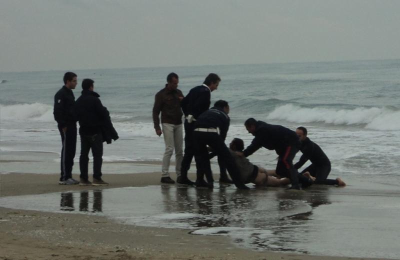 L'uomo portato a riva e bloccato