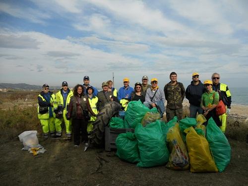 Volontari di Legambiente, Protezione Civile, Guardie Ecologiche, con i rifiuti portati via dalla foce del Tronto
