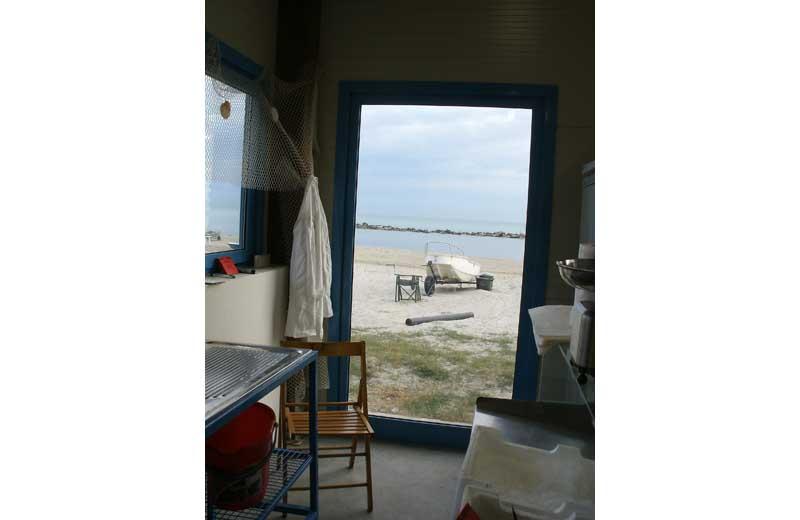 Una porta sigillata che dà verso il mare, per impedire l'intrusione di