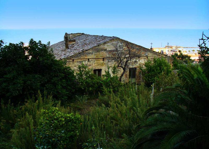 La Pieve vista da ovest immersa nel verde (foto anteriore agli attuali lavori di restauro)