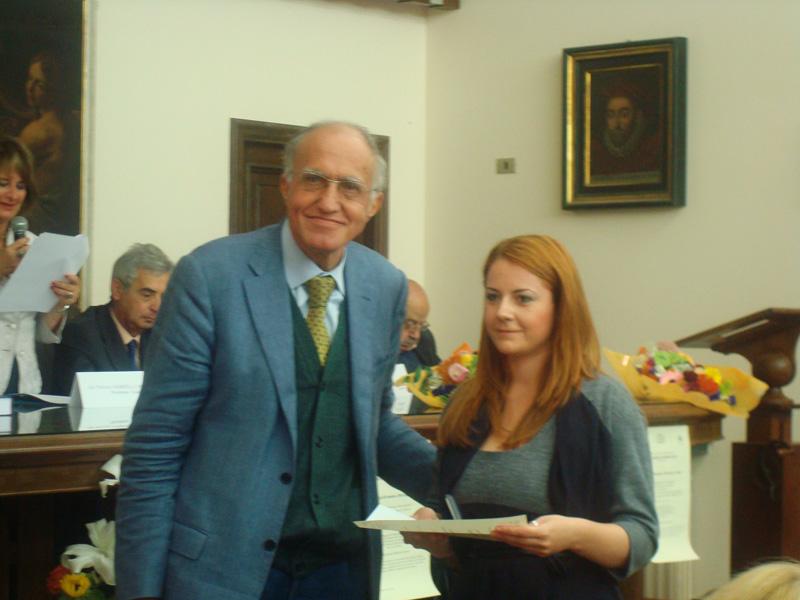 Valeria Di Felice riceve il premio dal professor Benelli