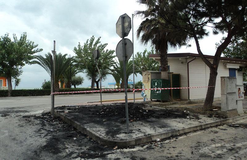 Distrutto da un incendio il punto informativo sul lungomare di Alba Adriatica