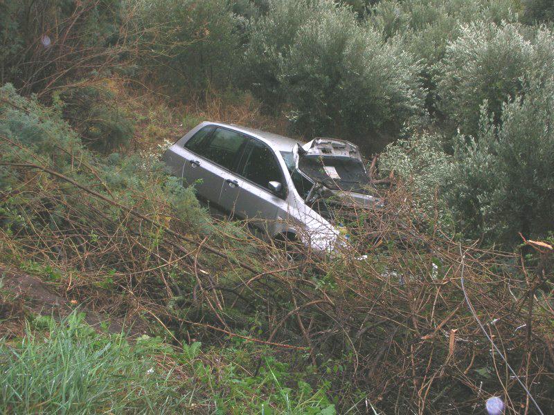 La Fiat Stilo caduta nella scarpata, 13 ottobre 2010