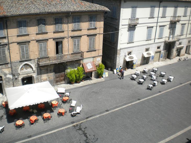 Ascoli Piceno - Tavolini di bar a Piazza Arringo - Visti da Palazzo Arengo