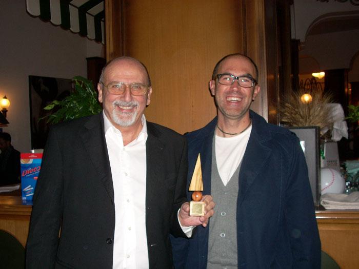 Qoll, il direttore Nazzareno Perotti e Pier Paolo Flammini mostrano il premio per la Migliore Grafica