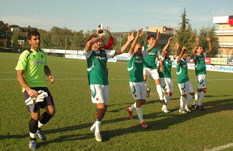 I rossoblu (ma ancora in maglia verde...) festeggiano la vittoria contro il Luco Canistro (Troiani)
