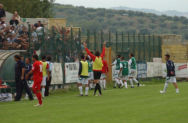L'esultanza della Samb e dei tifosi dopo il pareggio di Rulli ad Atessa (foto Troiani)