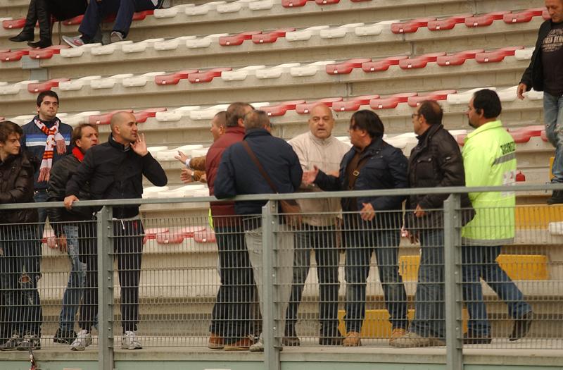 Santegidiese-Samb: Sergio Spina (di profilo) ha di che discutere animosamente con dei tifosi abruzzesi un po' provocatori (foto Troiani)