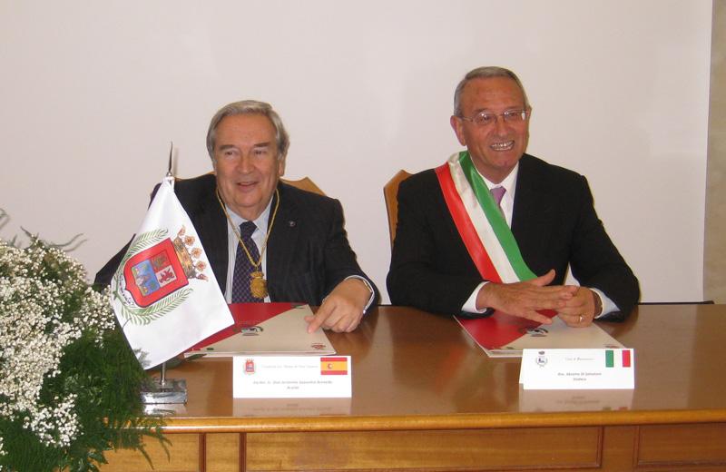 Il sindaco di Las Palmas de Gran Canarie Jerónimo Saavedra Acevedo con Di Salvatore