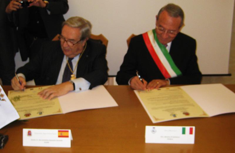La firma dei due sindaci per il gemellaggio
