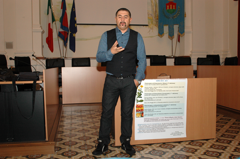 Corso di erbe e nutriterapia a Cupra Marittima: nella foto, l'esperto Leonardo Marchitto