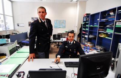 Agenti della Polizia Postale al lavoro.