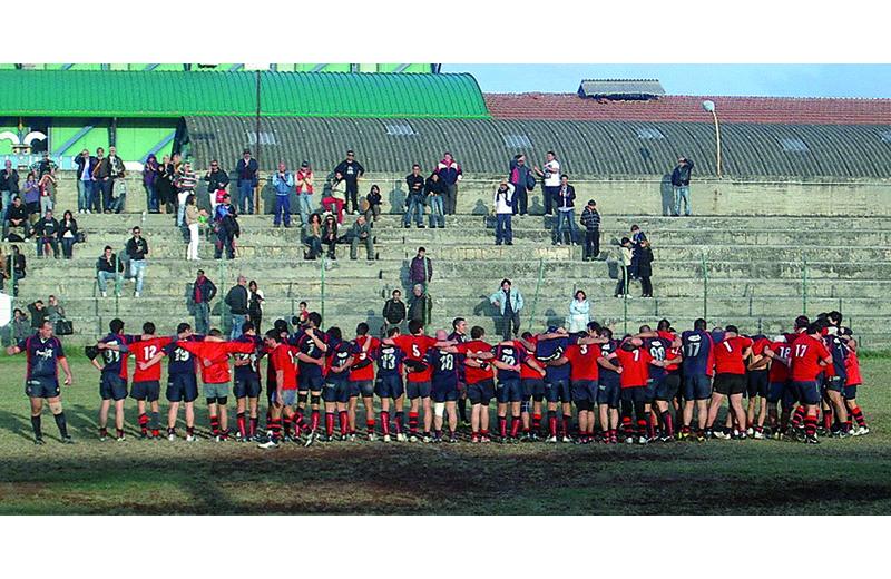 L'abbraccio finale tra giocatori di Rugby Samb e Legio Picena