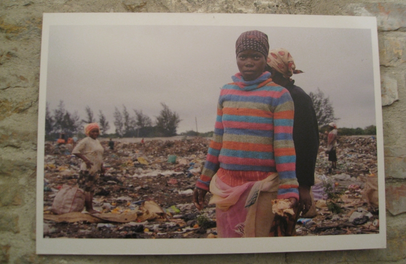 Giovani donne nella discarica di Maputo