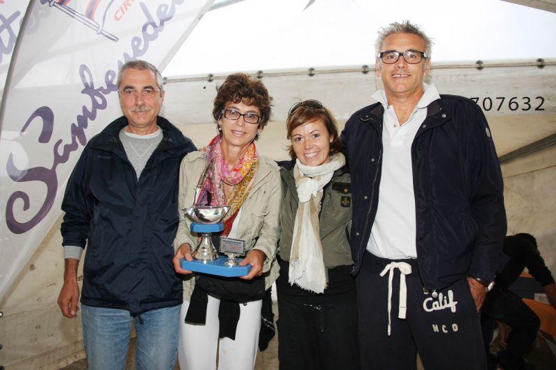 Il Presidente del Circolo Nautico Rolando Rosetti e Tiziana Sgattoni premiano l'equipaggio vincitore imbarcazione