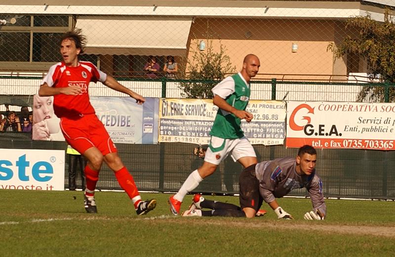 Covelli realizza il gol dell'1-0 al Luco Canistro (foto Troiani)