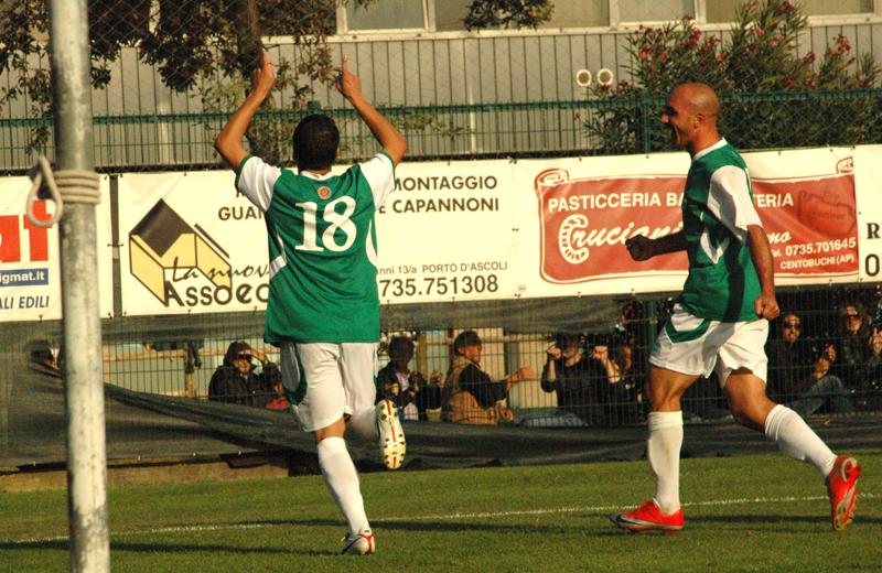 Campionato 2010-11: Giorgio Di Vicino festeggia con Covelli il gol contro il Luco Canistro (ph. Troiani)