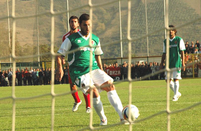 Di Vicino segna il 2-0 contro il Luco, su rigore (foto Troiani)
