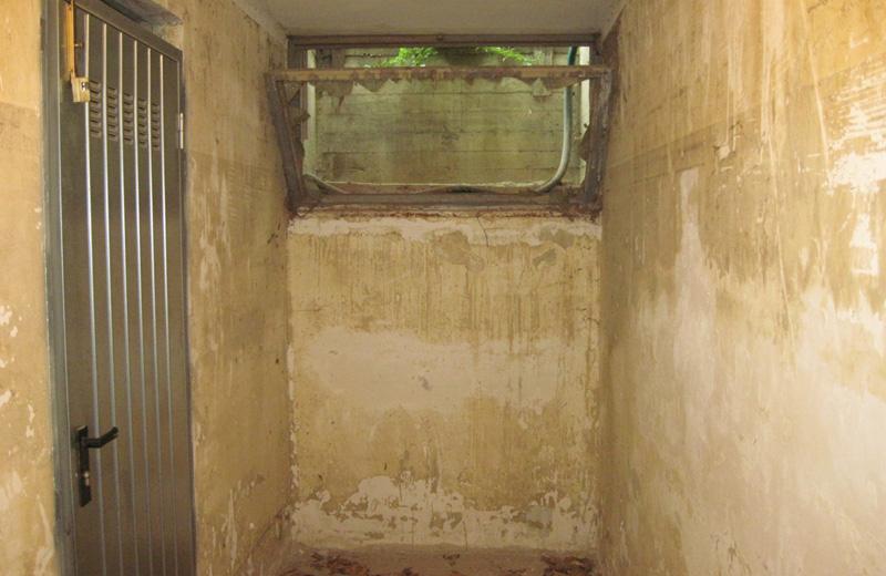 Il vetro rotto attraverso cui nel 2007 furono fatti passare i tubi per il dragaggio dell'acqua dell'alluvione