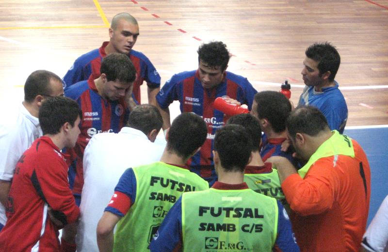 I giocatori della Futsal Samb ascoltano le indicazioni di mister Perugini